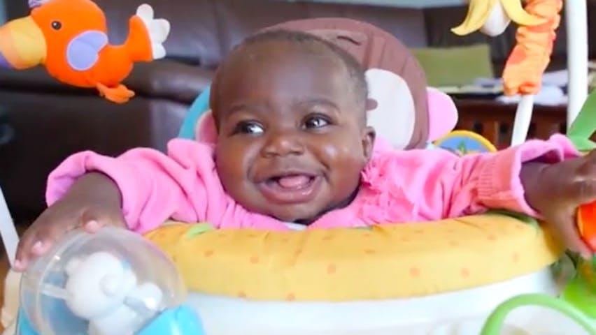 Une petite fille née avec quatre jambes opérée avec succès
