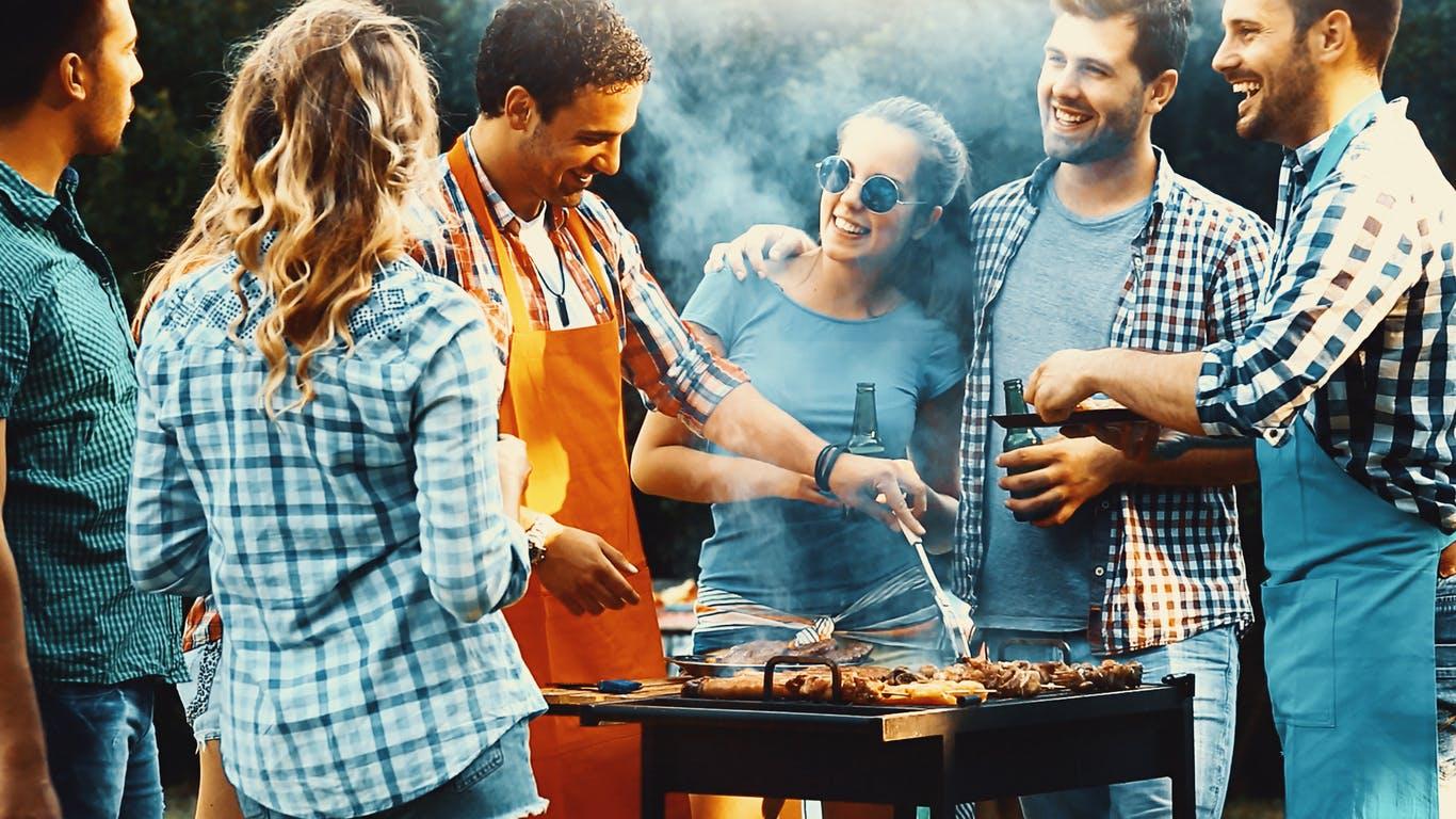 un groupe d'amis autour d'un barbecue