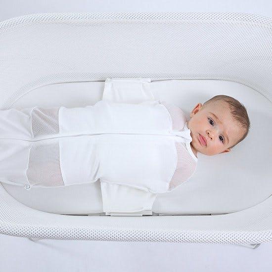 bébé calé dans le berceau Snoo