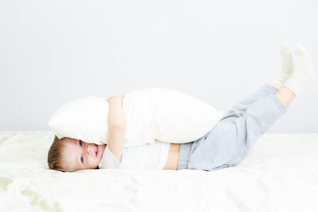 enfant dans un grand lit