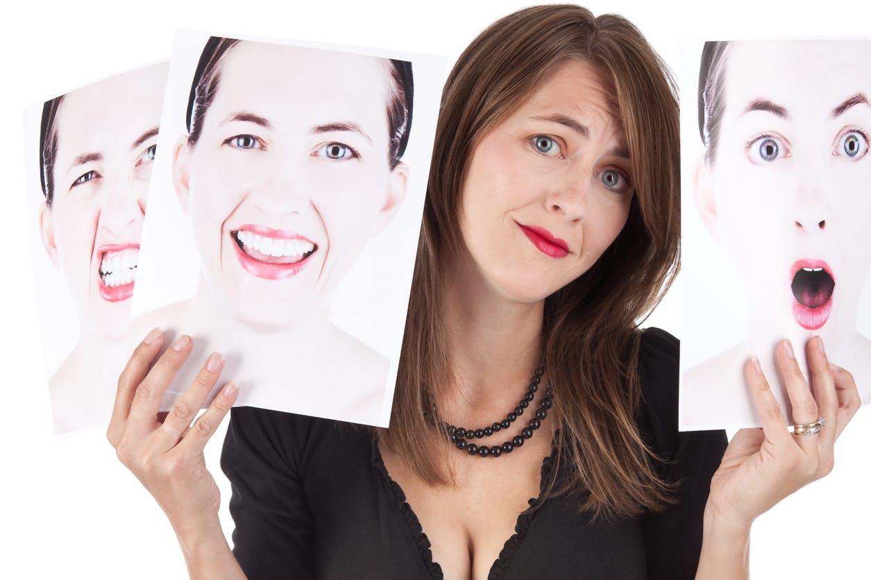 femme montrant différentes émotions