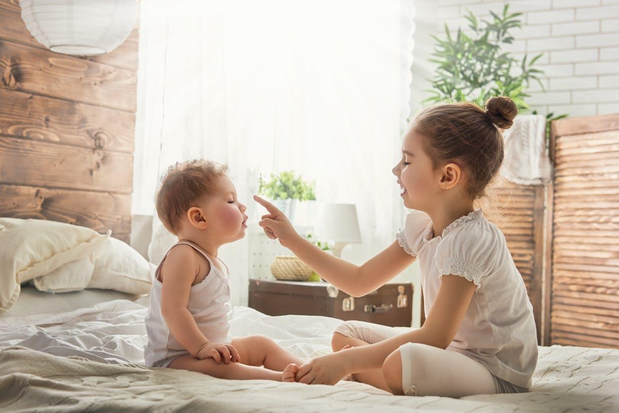 Un bébé de 18 mois poignarde sa sœur de 3 ans