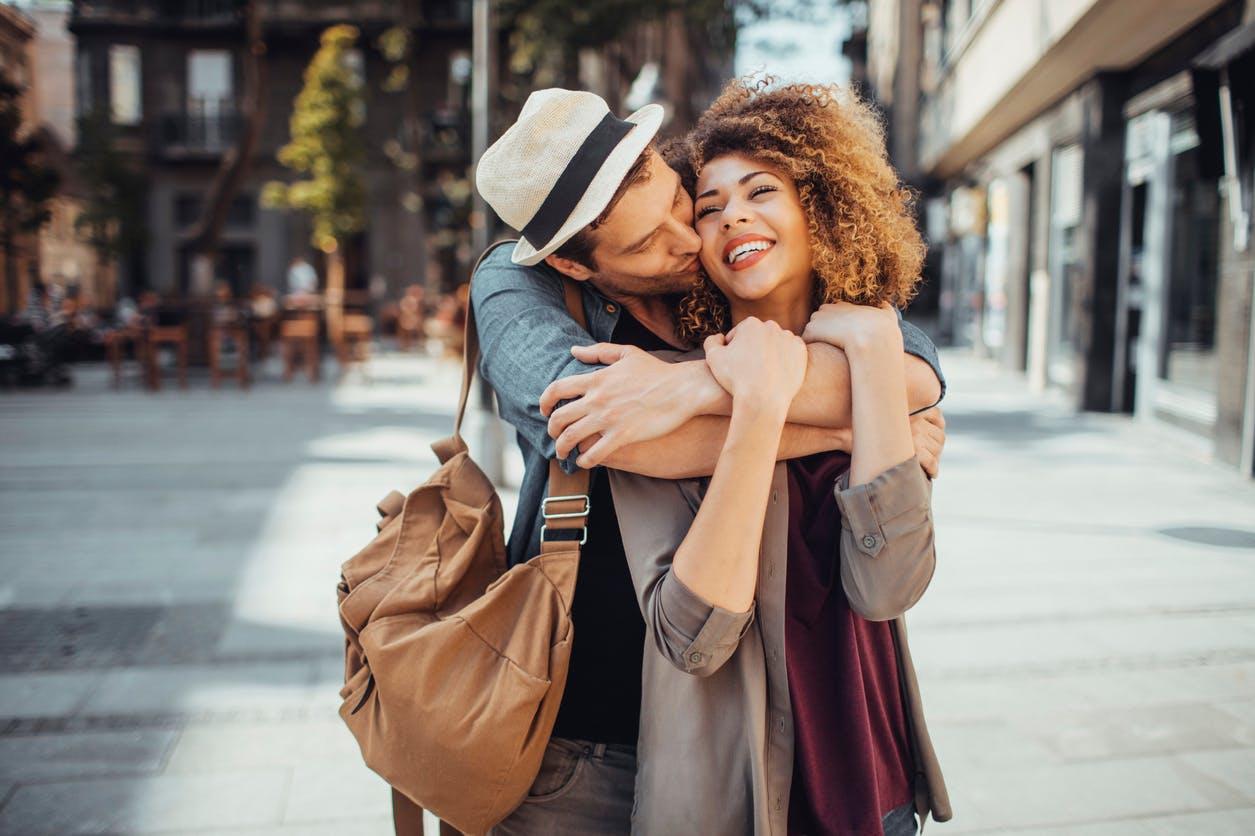 -femme et homme qui s'embrassent