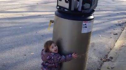 Mignon : une fillette se lie d'amitié avec… un chauffe-eau abandonné ! (VIDEO)