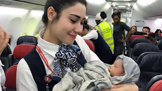 Un bébé prématuré voit le jour dans un avion en plein vol (PHOTOS)