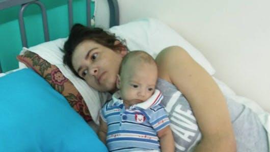Incroyable : une femme accouche dans le coma et se réveille trois mois plus tard (PHOTOS)