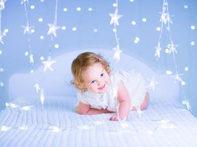petite fille entourée d'étoiles