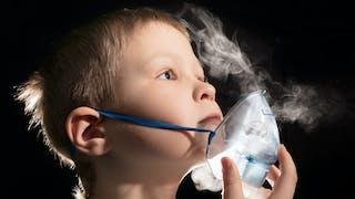 enfant utilise un nébuliseur