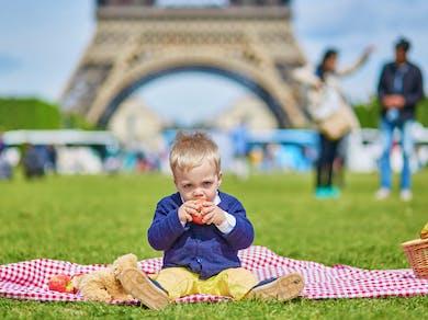 Un garçon à Paris devant la Tour Eiffel