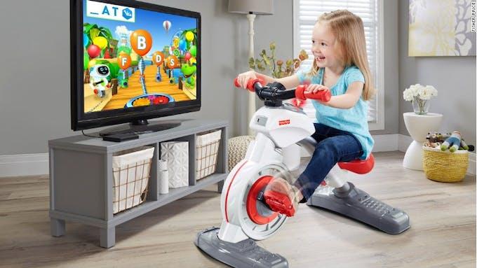 petite fille qui joue au vélo connecté Think and Learn