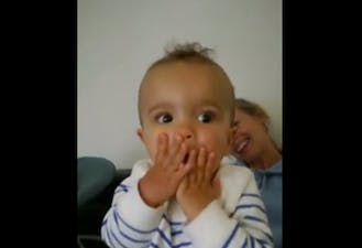 bébé très étonné