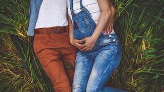 couple amoureux dans l'herbe