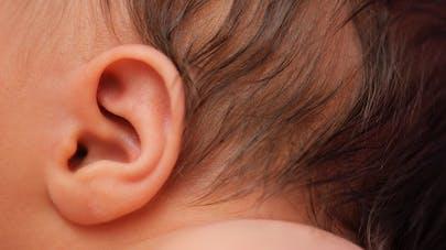 Nettoyer les oreilles de Bébé