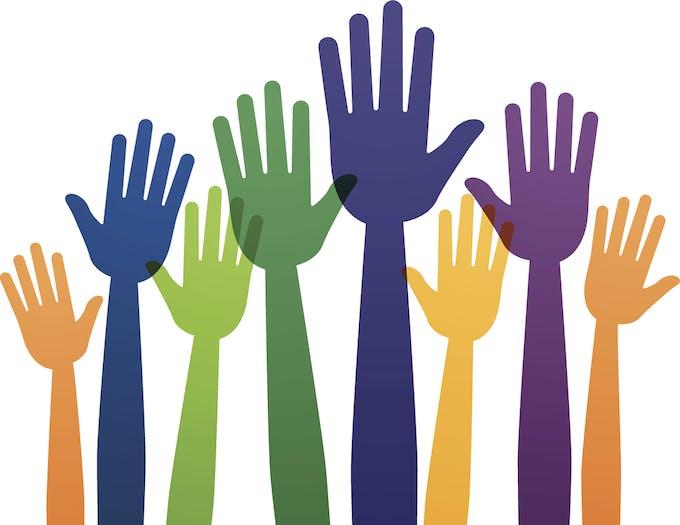 des mains qui se lèvent