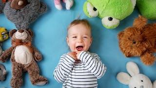 un enfant avec ses peluches