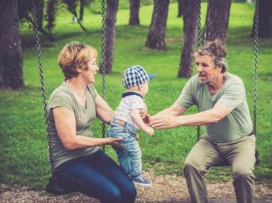 grands-parents balançoire avec bébé