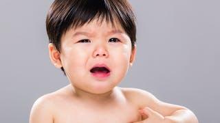bébé pleure , démangeaisons