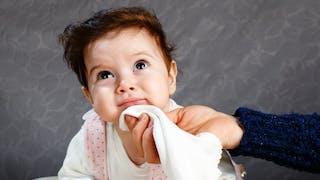 essuyer le menton du bébé qui régurgite