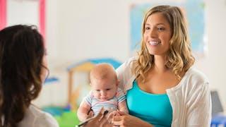 discussion maman et psychologue à la crèche