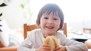 enfant mange fromage