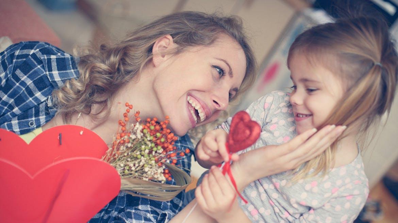 une mère et sa fille pour la fete des mères