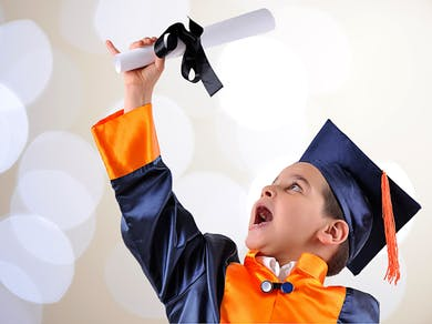 Un enfant brandit son diplôme