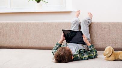 Enfants et écrans: des spécialistes français alertent sur les dangers