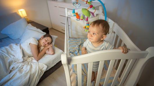 Les bébés qui dorment dans la chambre des parents ont des nuits plus courtes