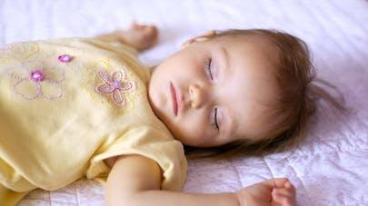 """Anya, la """"petite fille au bois dormant"""" qui dort tout le temps"""