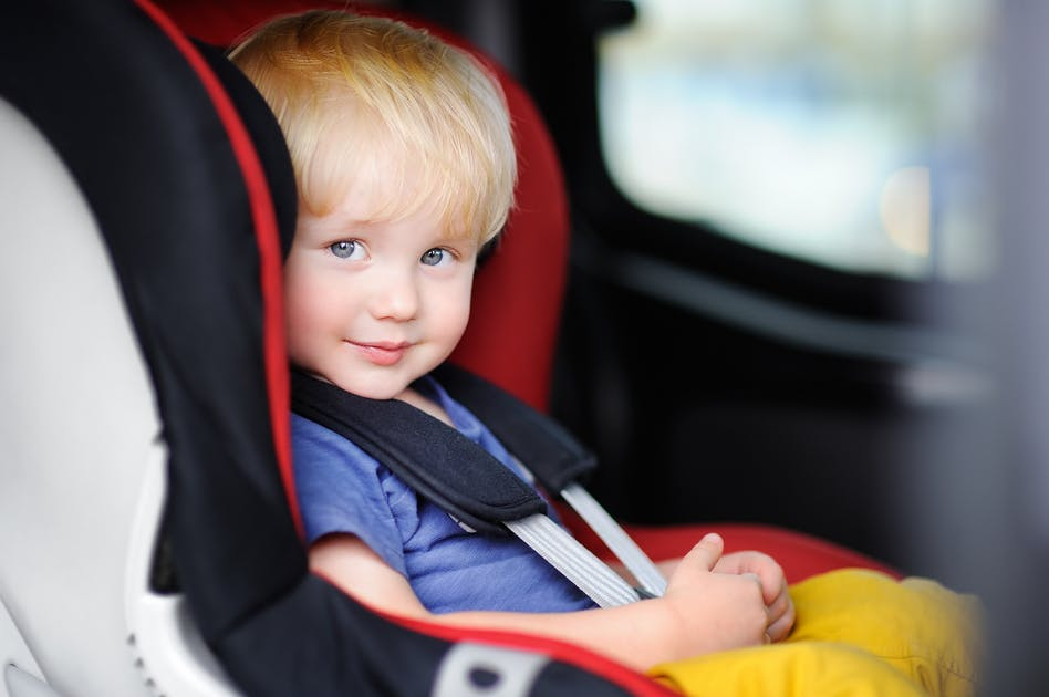 la sécurité en voiture avec bébé   parents.fr