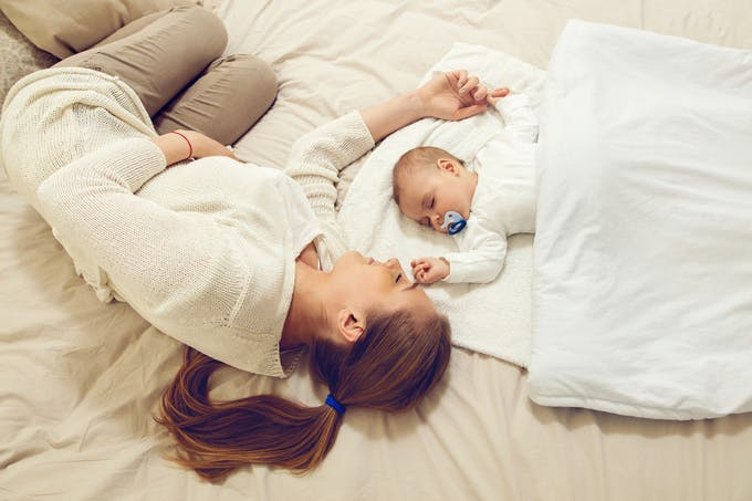 bébé qui dort avec sa mère