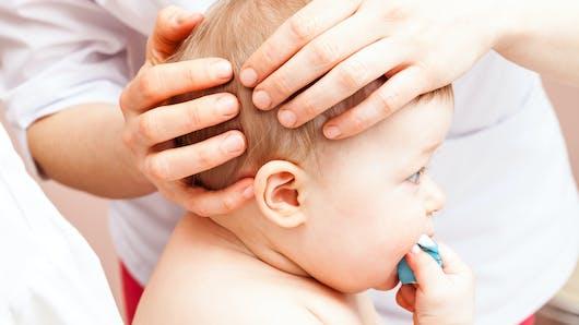 Bébé a la tête plate
