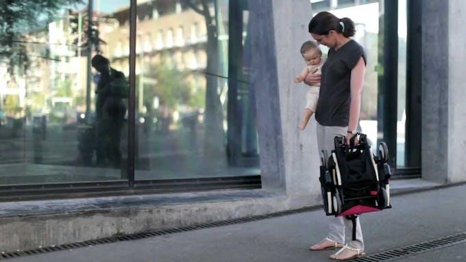 Poussette Yoyo + de Babyzen - pliage d'une main bébé dans les bras