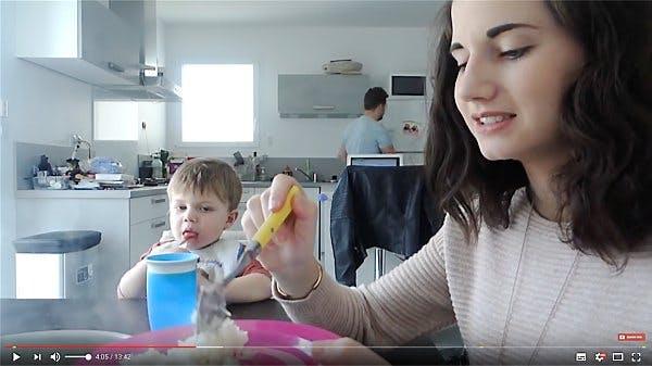 une mère et son fils font la cuisine