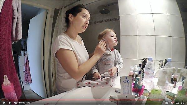 une mère et sa fille dans une salle de bains