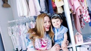 une mère et sa fille devant un dressing