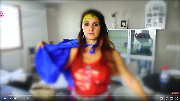 une youtubeuse en superwoman
