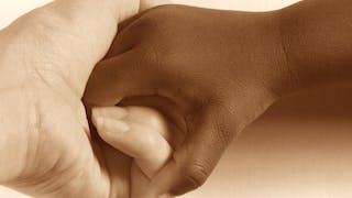 main adulte et un enfant adopté