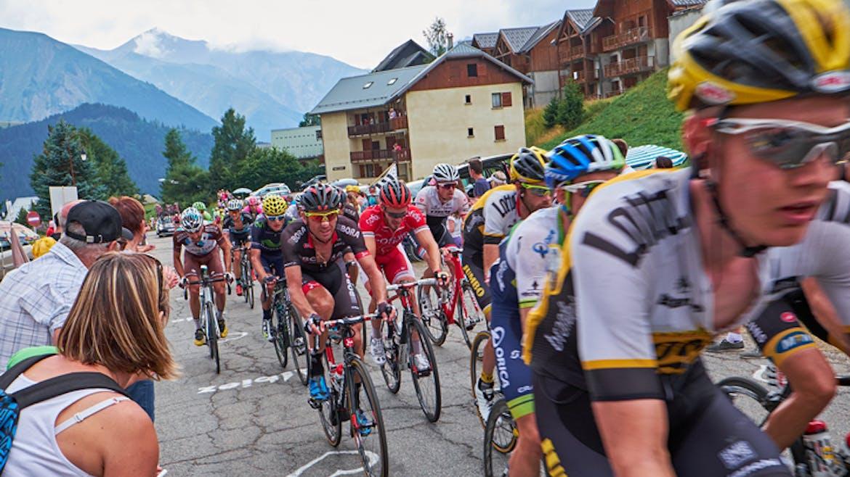 Dans le peloton des cyclistes tentent une échappée.