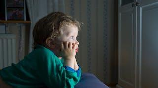 Laissé seul devant la tv un enfant saute du troisième étage