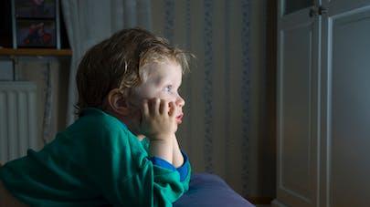 Laissé seul devant la télé, un enfant de 5 ans saute du troisième étage