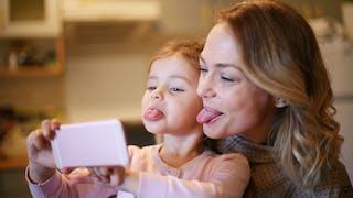 mère et fille  tirant la langue