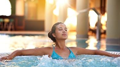 une femme dans un bassin de thalasso