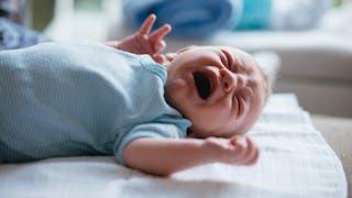 baby-sitters qui maltraitent un bébé