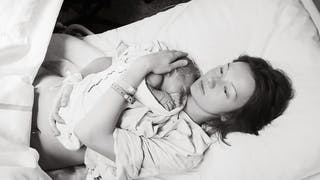femme qui vient de mettre au monde son bébé