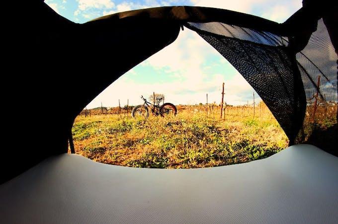 Lit de voyage Naos d'Eascape Lifestyle - ouverture tente triangulaire