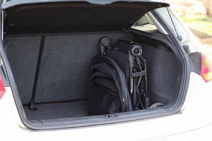Poussette Nano V2 de Mountain Buggy - rangement coffre voiture rangée pliée