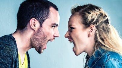 Dispute de couple: homme et femme choisissent des réconciliations différentes