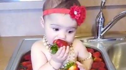 Insolite : ce bébé prend un bain de fraises et il adore ça ! (VIDEO)
