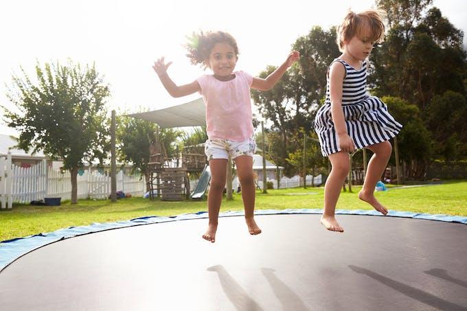 Deus filets jouent sur un trampoline